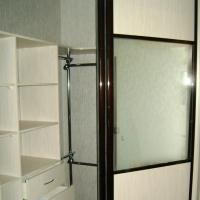 Встроенный угловой шкаф-купе. Двери ЛДСП, зеркало серебро. Профиль венге глянец.