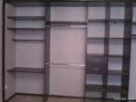 Встроенный шкаф-купе. В наполнении шкафа предусмотрели рабочее место.