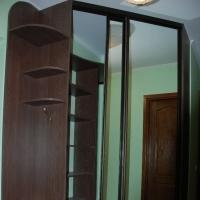 Встроенный угловой шкаф-купе. Двери зеркало серебро. Профиль венге матовый.